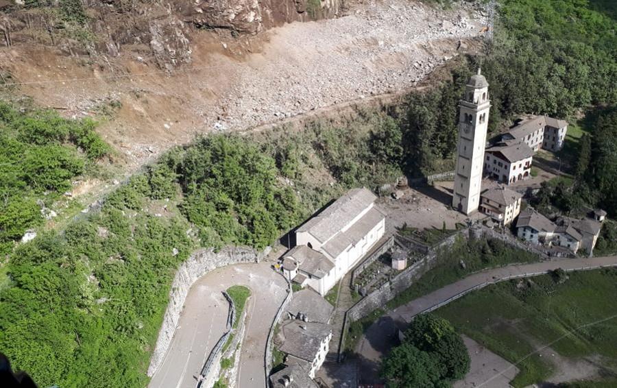 Selfie sulla frana a dispetto del rischio  I carabinieri intervengono a Gallivaggio