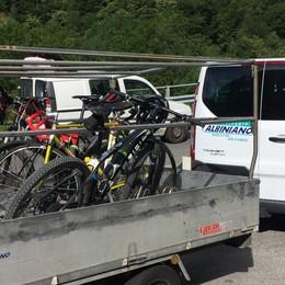 In salita sotto la frana passano anche le bici , le trasporta la navetta