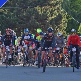 Ciclismo, boom di presenze alla gran fondo Santini