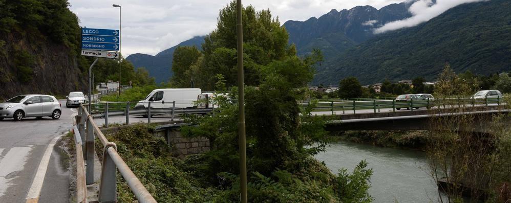 «Traffico e pericoli, serve un nuovo semaforo a Morbegno»
