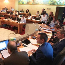Il sindaco di Sondrio giura: pubblico, applausi e tanti volti nuovi