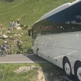 Bus incastrato, statale 36 bloccata  Tre ore di lavoro e tanti disagi