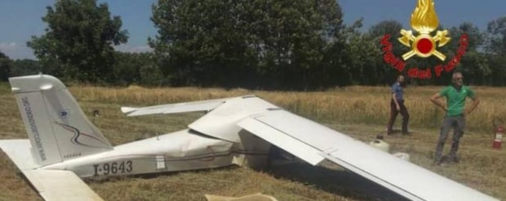 Cade ultraleggero, salvi i due piloti