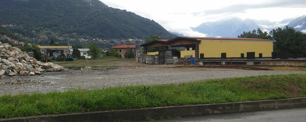 Ci sono pochi parcheggi  L'Iperal si sposta a Dongo