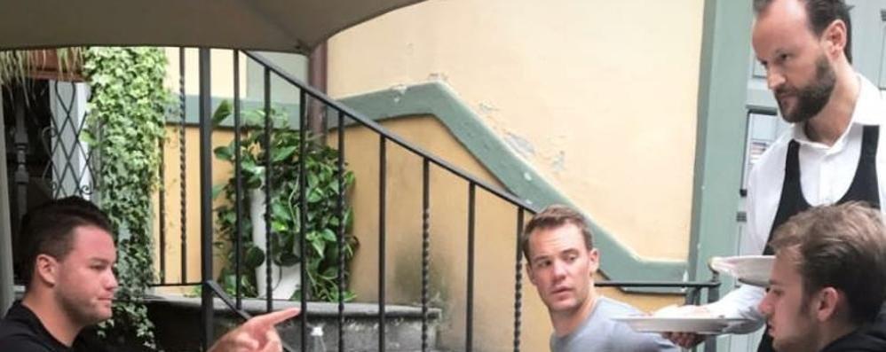 In bici allo Stelvio e poi a Sondrio  Manuel Neuer a cena in centro città