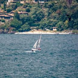 La barca scuffia, paura in acqua  Salve le quattro persone a bordo