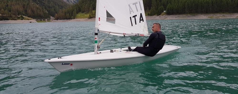 Barche a vela solcano il lago di Livigno: «Pronti per le regate»