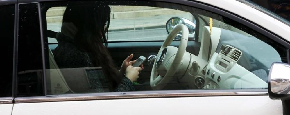 Il ministro Toninelli:  «Cellulare al volante? Patente ritirata»