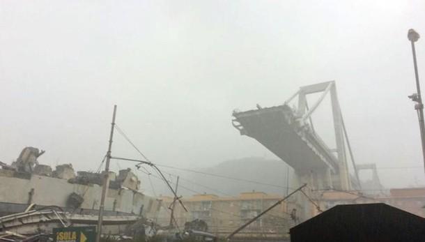 Genova, il crollo del ponte dell'autostrada    26 i morti, una decina i dispersi  In quel momento passavano 30 auto e 3 tir   Il VIDEO