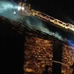 Piuro, rogo distrugge un fabbricato  agricolo: in fiamme 30 quintali di fieno