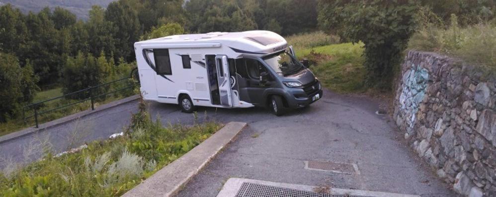 Camper incastrato a Teglio, turisti soccorsi