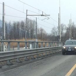 Auto contro il passaggio a livello  Treni fermi e traffico rallentato