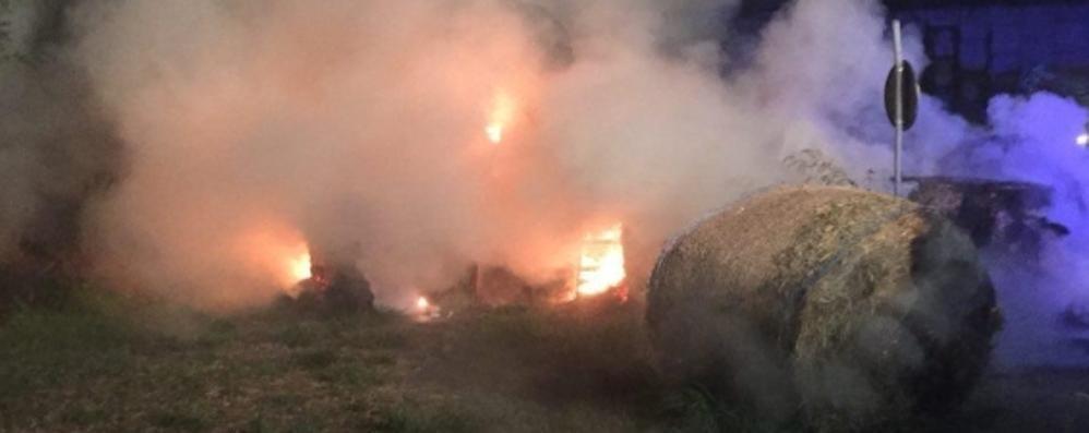 Rotoballe in fiamme a Piantedo, forse c'è dolo