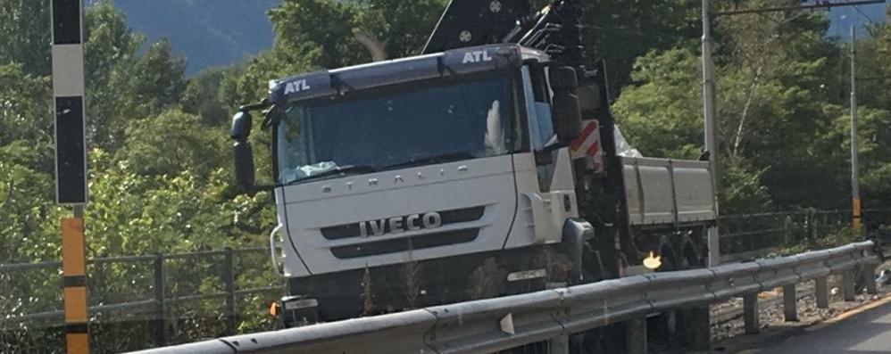 Novate Mezzola, camion sbanda e va sui binari: treni bloccati