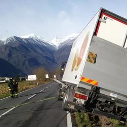 Camion esce di strada, la 36 chiusa per 2 ore: «Così proprio non va»