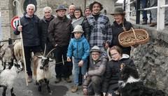 Cerimonia solenne per cani, cavalli  capre e... lumache
