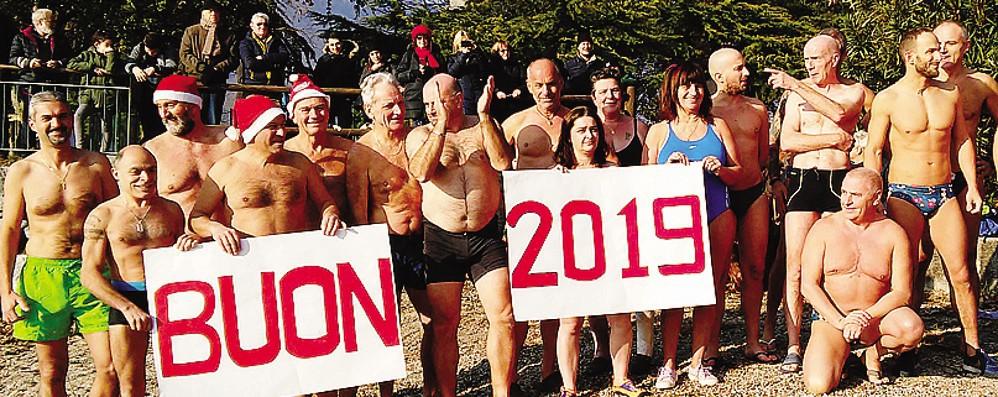Più forti del freddo  Un tuffo nel lago  per festeggiare il 2019
