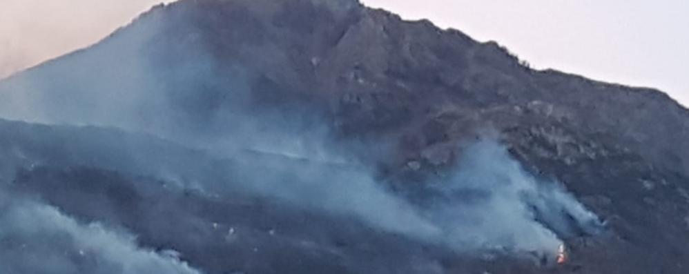 Sorico, incendio devasta i boschi A fuoco un agriturismo  Due persone ustionate