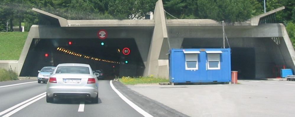 Sorpassi nel tunnel del Gottardo  Italiano bloccato a Brogeda