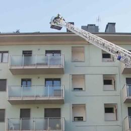 """L'incendio a Sondrio, il perito è al lavoro e si """"protegge"""" il tetto"""