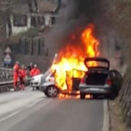 Scontro a Osteno  Un'auto prende fuoco