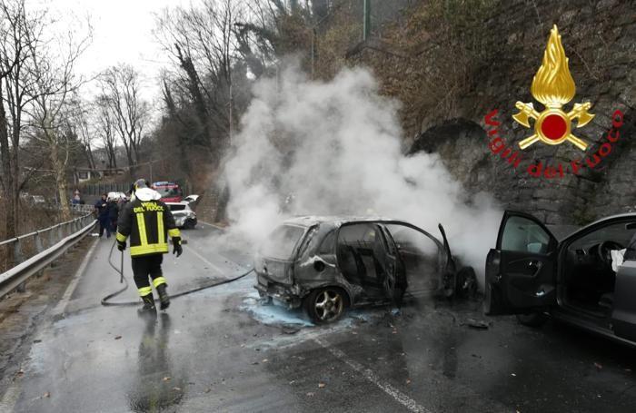 I resti dell'auto andata a fuoco
