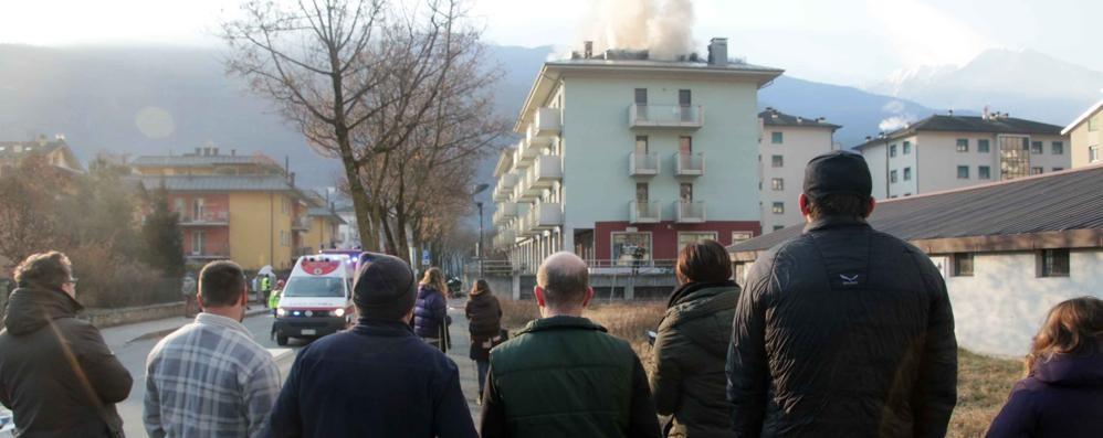 Famiglie sfollate dopo il rogo a Sondrio  Lanciano appello al prefetto