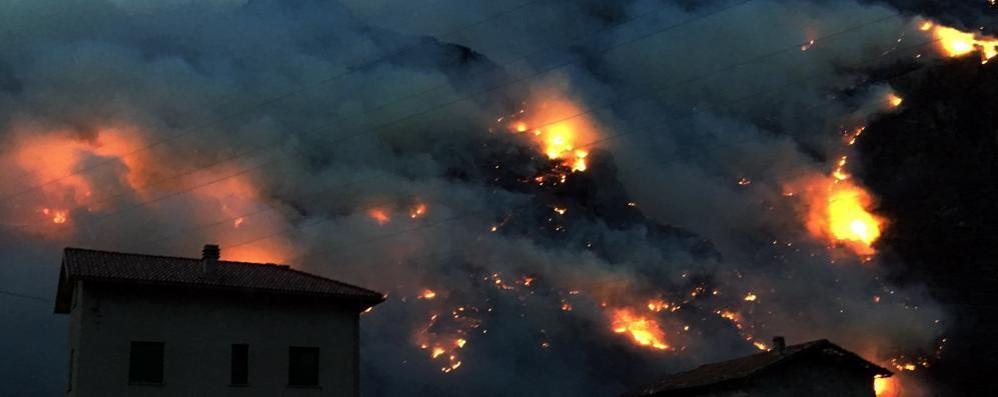 L'incendio sopra Sorico si estende alla Valchiavenna