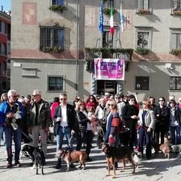 Divieti per i cani, protesta davanti al comune