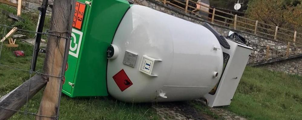 Camion cisterna Gpl si ribalta sul lago  Paura per due valtellinesi