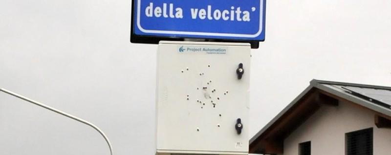 Alta tensione a Chiavenna: fucilate contro l'autovelox - La Provincia di Sondrio