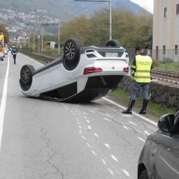 Auto si ribalta in via Stadio a Sondrio  Tre feriti e traffico in tilt