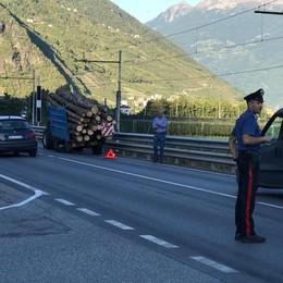 Ancora pericoli sulla statale, cede un cassone carico di legna a Villa di Tirano