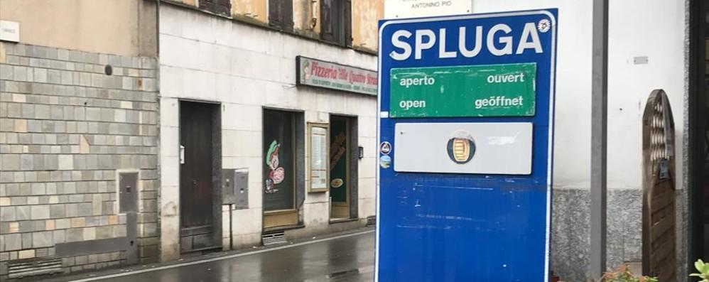 Chiude il passo ma il cartello non lo sa  Disagi per lo Spluga, ma le piste aprono