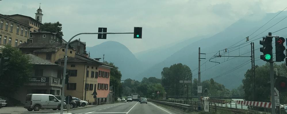 «Quel semaforo rosso a San Giacomo di Teglio crea lunghe code»