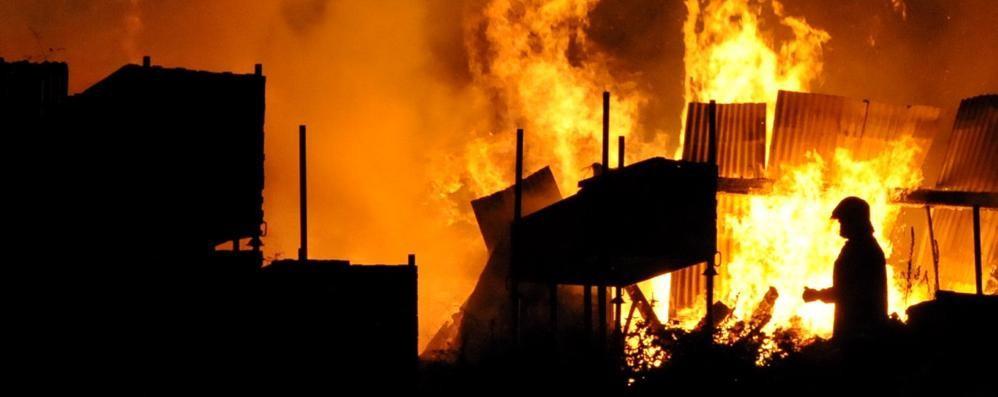 Chiavenna, incendio devasta magazzino e stalla