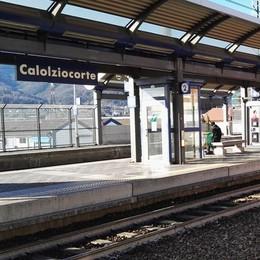 Calolzio, Prof sui binari arresta il treno  «Fermo, sono in ritardo». Denunciato