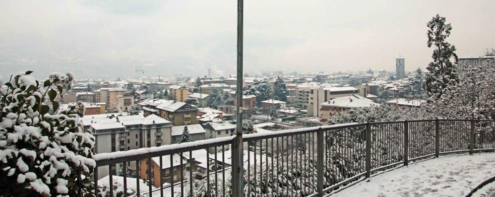 Nevicata nel fondovalle, circolazione stradale rallentata