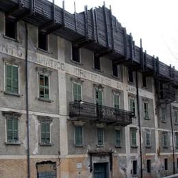 L'ex albergo Posta sta cadendo a pezzi:chiusa la strada a Campodolcino