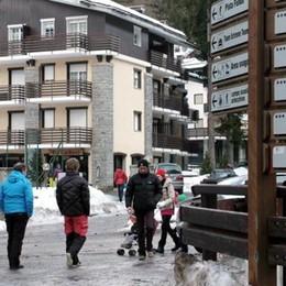 Alberi di Natale gettati nel torrente a Madesimo. Il sindaco: «Nessun rispetto»