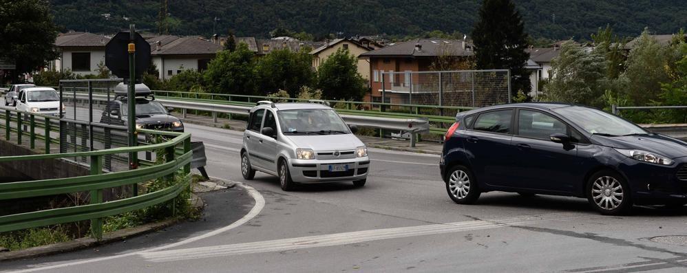 Morbegno, semaforo alla fine del ponte  L'installazione è vicina