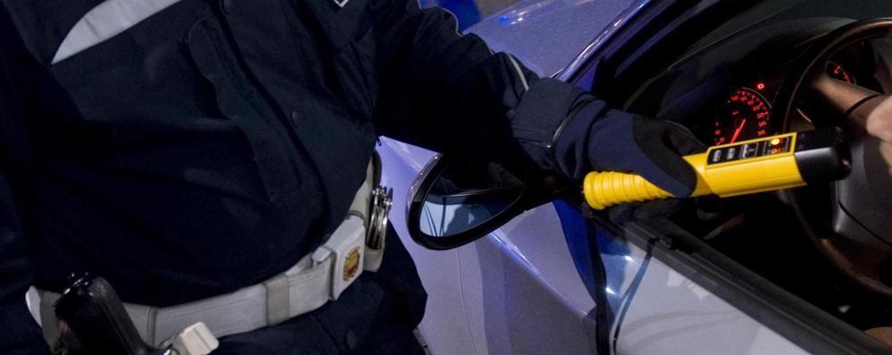 Getta la droga dal finestrino a Montagna in Valtellina: via la patente e pure l'auto