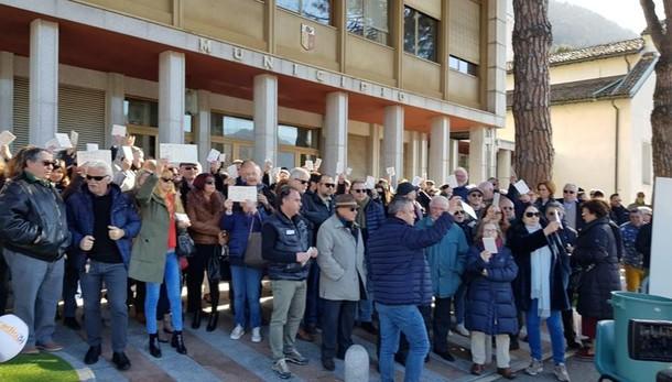 Campione, la protesta dei cittadini   Tessere elettorali buttate nei rifiuti