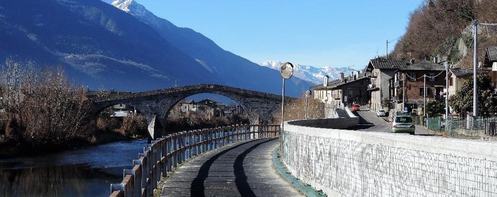 La strettoia al ponte di Ganda  Mezzi pesanti, scatta il divieto
