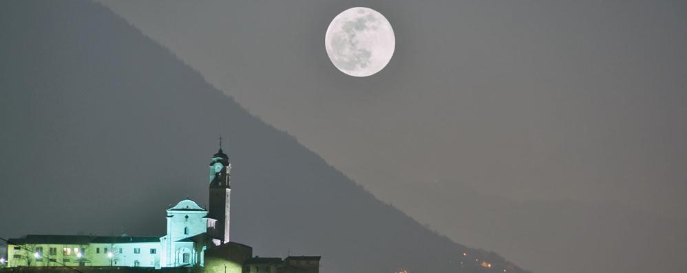 """Che spettacolo la """"super luna""""  Sembrava quasi di toccarla"""