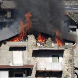 Sondrio, rogo a Sant'Anna e paura tra le case: sigilli al vecchio stabile ora inagibile