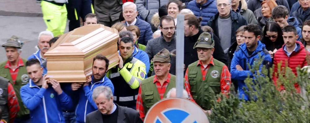 Civate, una folla mai vista  per l'addio al sindaco