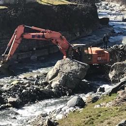 Si scava nel fiume per rimuovere la frana
