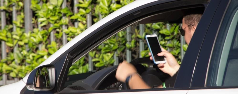 Nuovo codice della strada: via la patente  per due mesi a chi guida al telefono