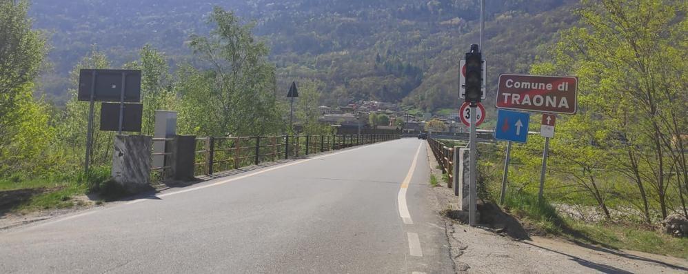 Adda, luci accese sul ponte  Posati i semafori a Traona